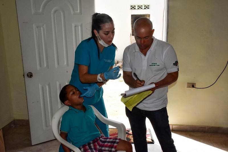 Outback guide helping dentist in Bonao